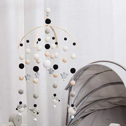 nachhaltig let's make Kinderzimmer aus Holz Mobile Holzbett Glocke Schwarz und weiß Geschlechtsneutraler Filzball Mobile ökologisch